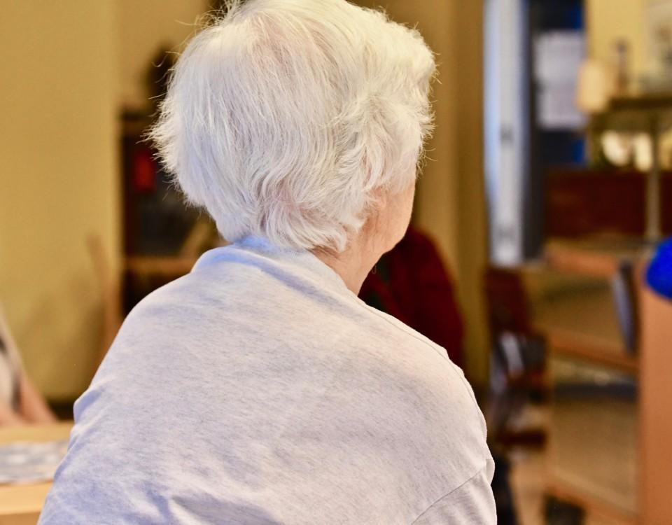 en gråhårig pensionär