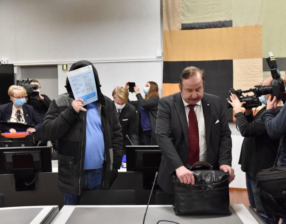 Åtalad möter pressen i tingsrättens sal
