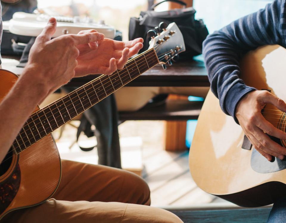 Två typer spelar gitarr