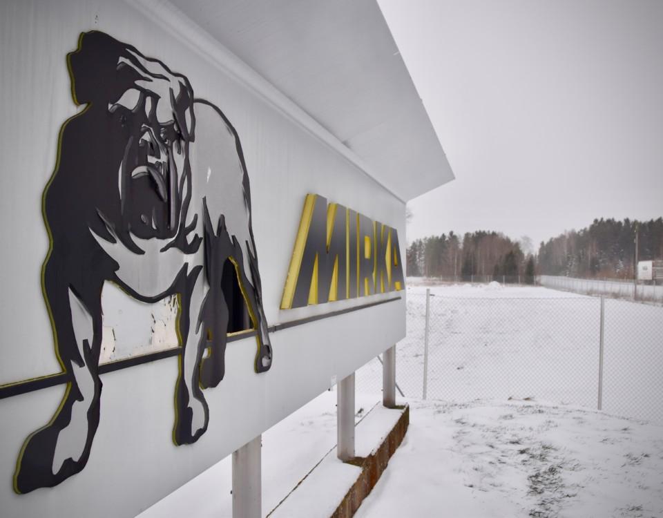 """En stor skylt vid sidan av en väg med texten """"Mirka"""" och en bild på en bulldog."""