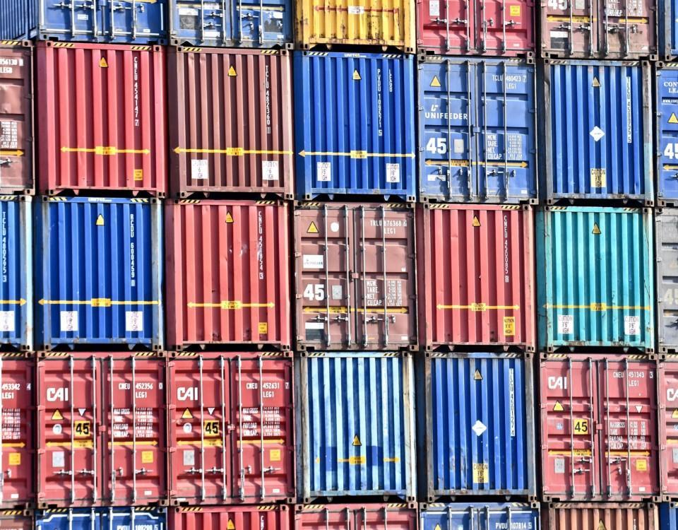 En vägg med containrar