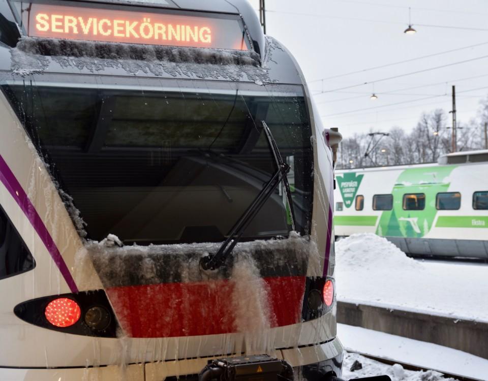 ett tåg i servicekörning under vintern