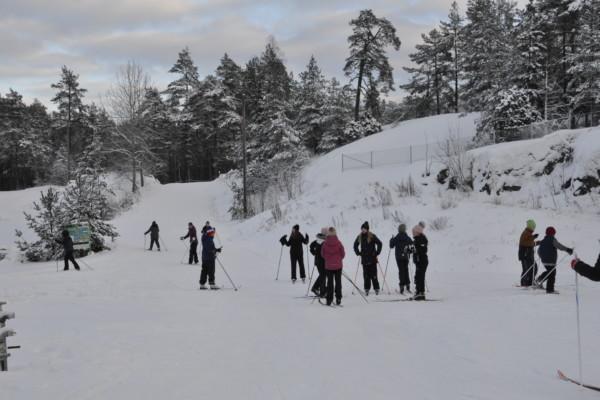 en skolklass åker skidor i en backe