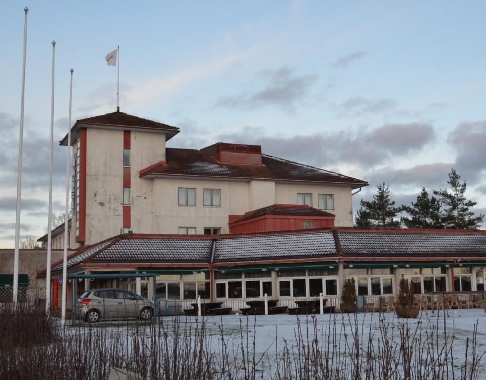 en hotellbyggnad på vintern