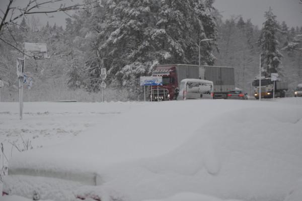 en snöig trafikrondell