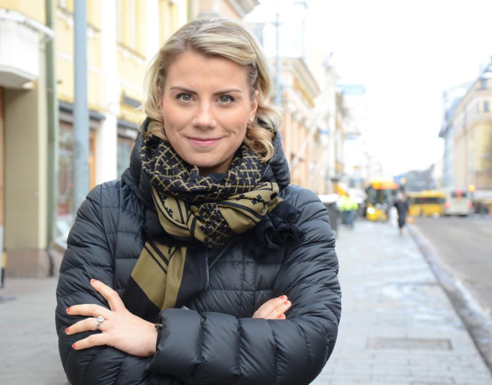 kvinna står på Eriksgatans trottoar