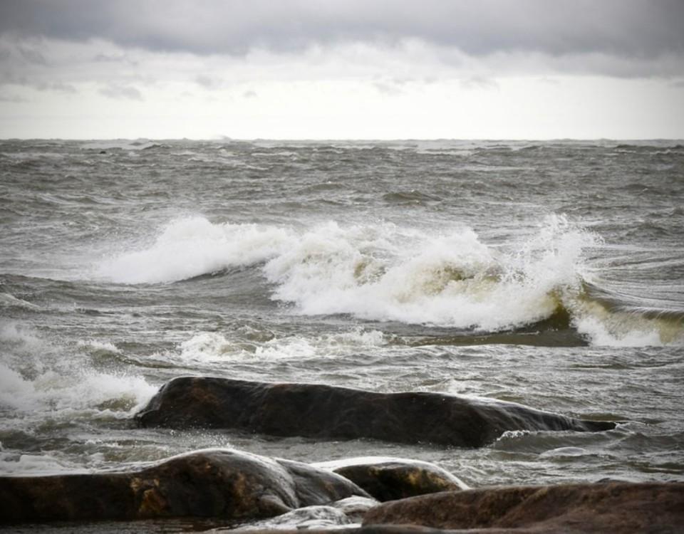 Klippor vid havet i lätt storm.