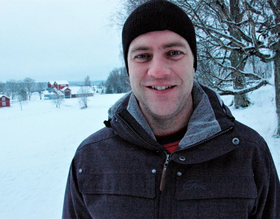 jordbrukare poserar i vinterlandskap