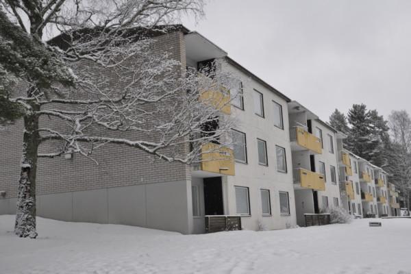 Trevåningshus i beige/grå betong
