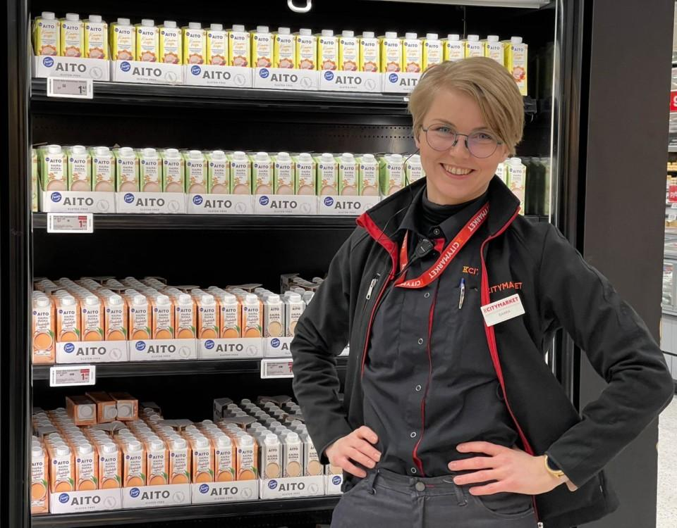 en kvinna står framför en butikshylla