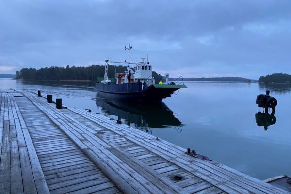 en förbindelsebåt på väg mot hamn