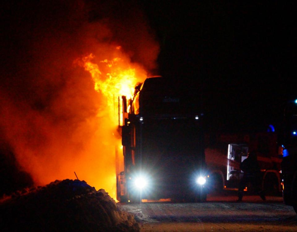 en lastbil brinner