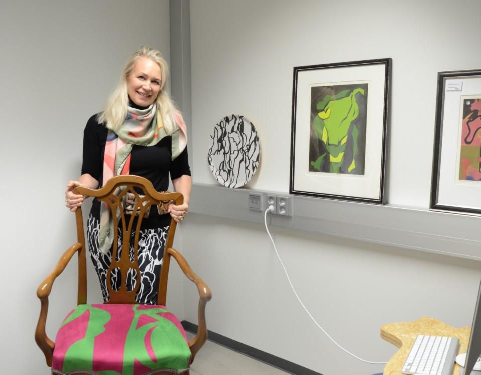 Konstnär med stol