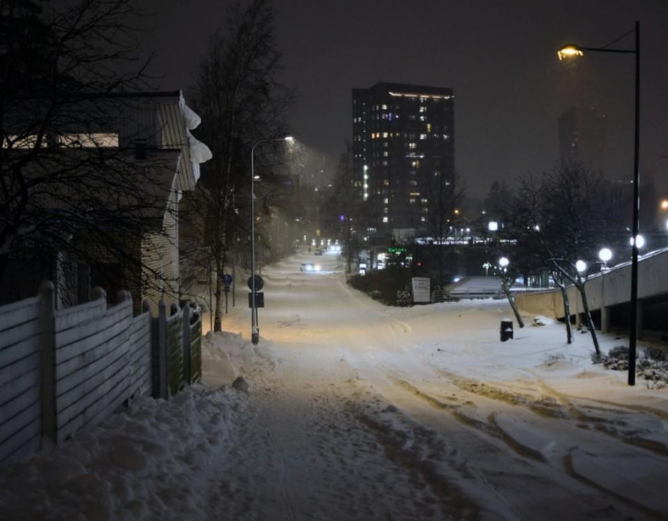 Stad i snöskrud i mörker.
