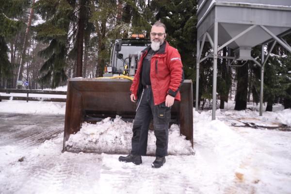 En man framför en snötraktor