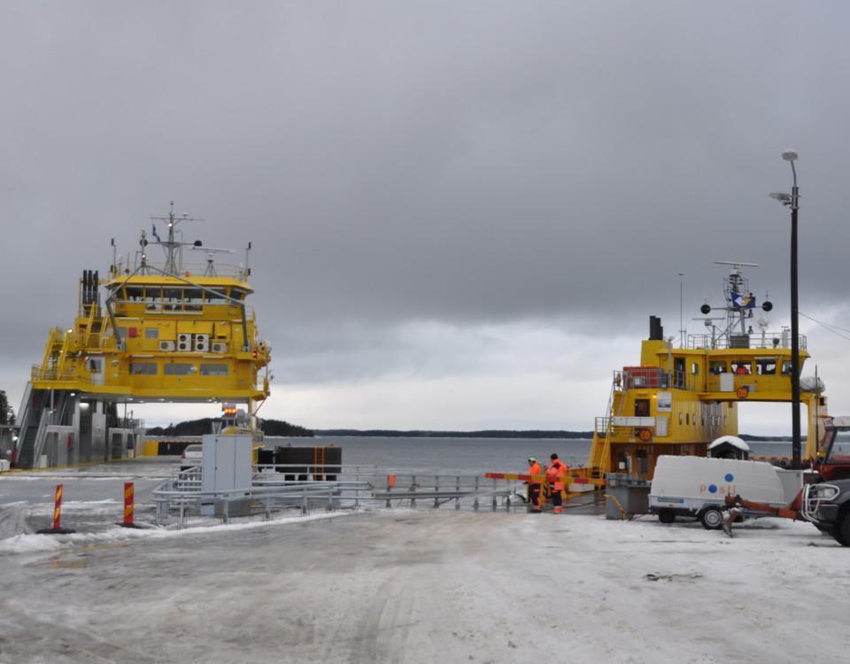 Två landsvägsfärjor i en hamn