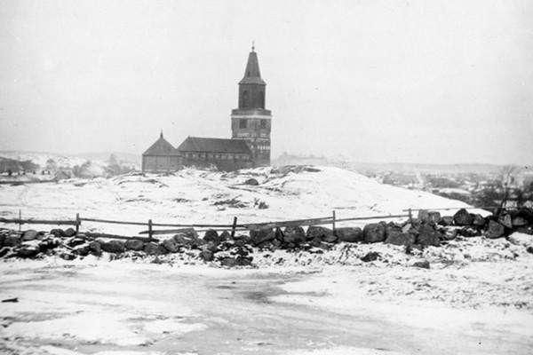 Gammal bild från 1800-talets Åbo, men åker och stenmur i förgrunden