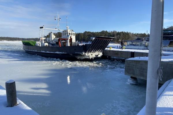 En förbindelsebåt i isen