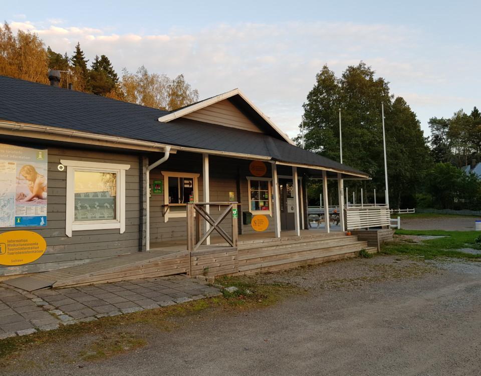 servicehus för camping i höstljus