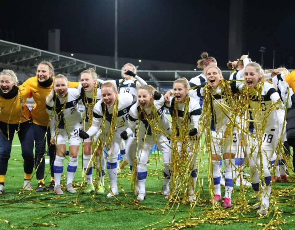 Finlands landslagsdamer täckta av guldkonfetti firar.