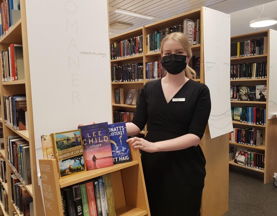 kvinnlig bibliotekarie i bibliotek