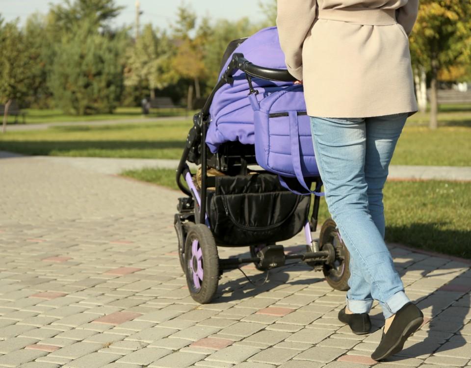 Person med barnvagn.