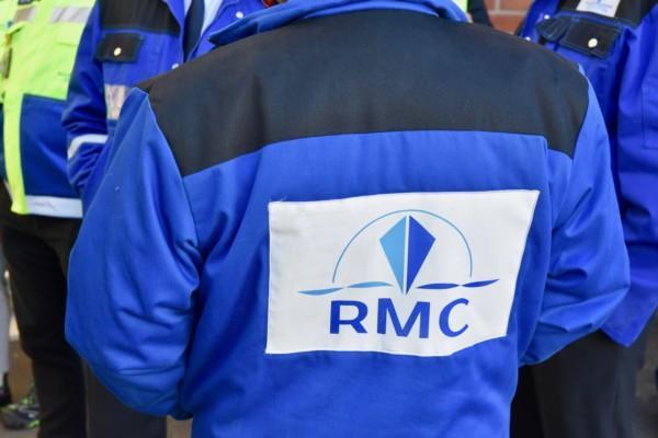 Rygg på bilden. På den blåa jackan står RMC, det vill säga Rauma Marine Constructions.