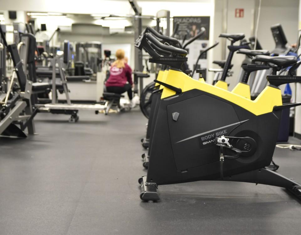 Apparater i ett gym.