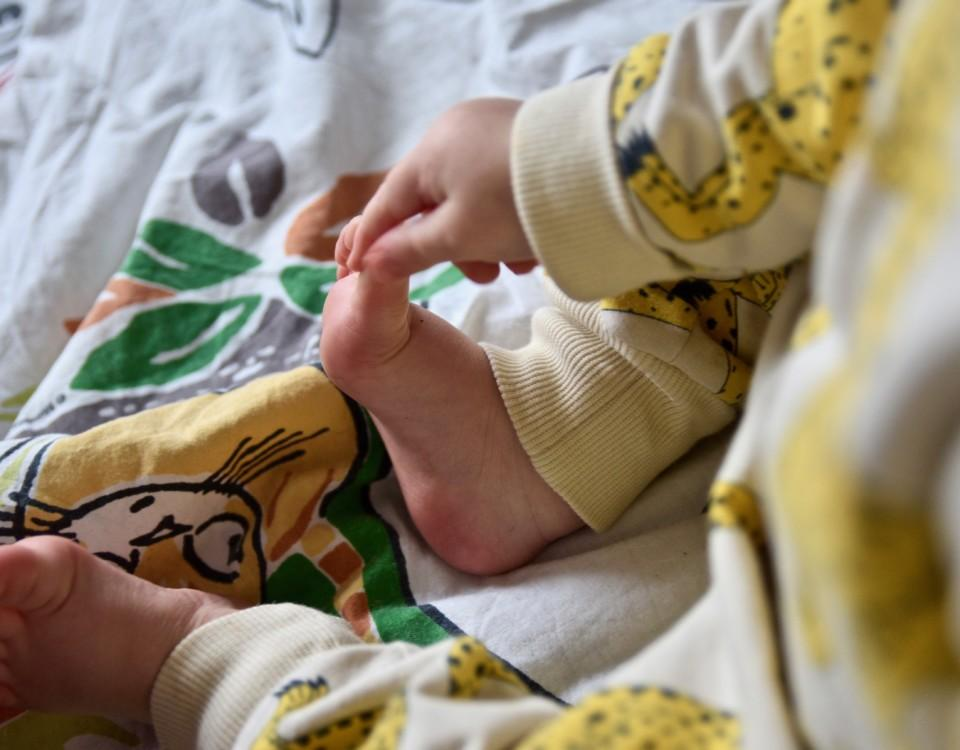 En bebis fötter.