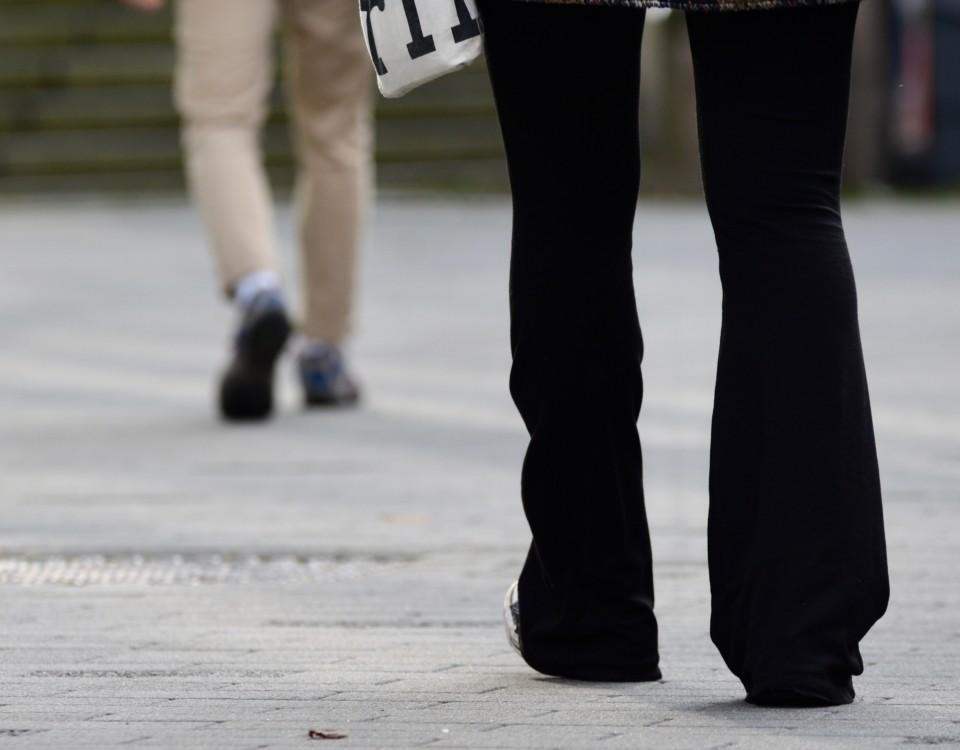 Två ben på en gata.