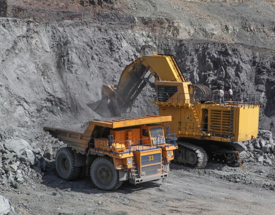 två grävmaskiner i en gruva