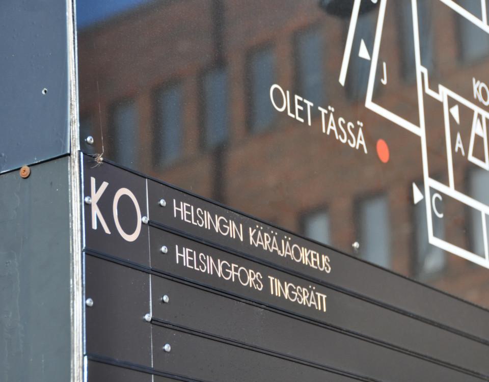 """En skylt med texten """"Helsingfors tingsrätt""""."""