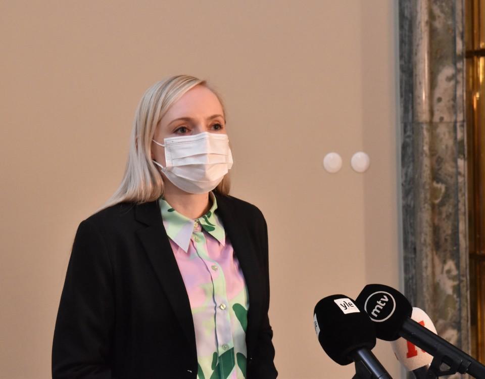 blond inrikesminister i munskydd