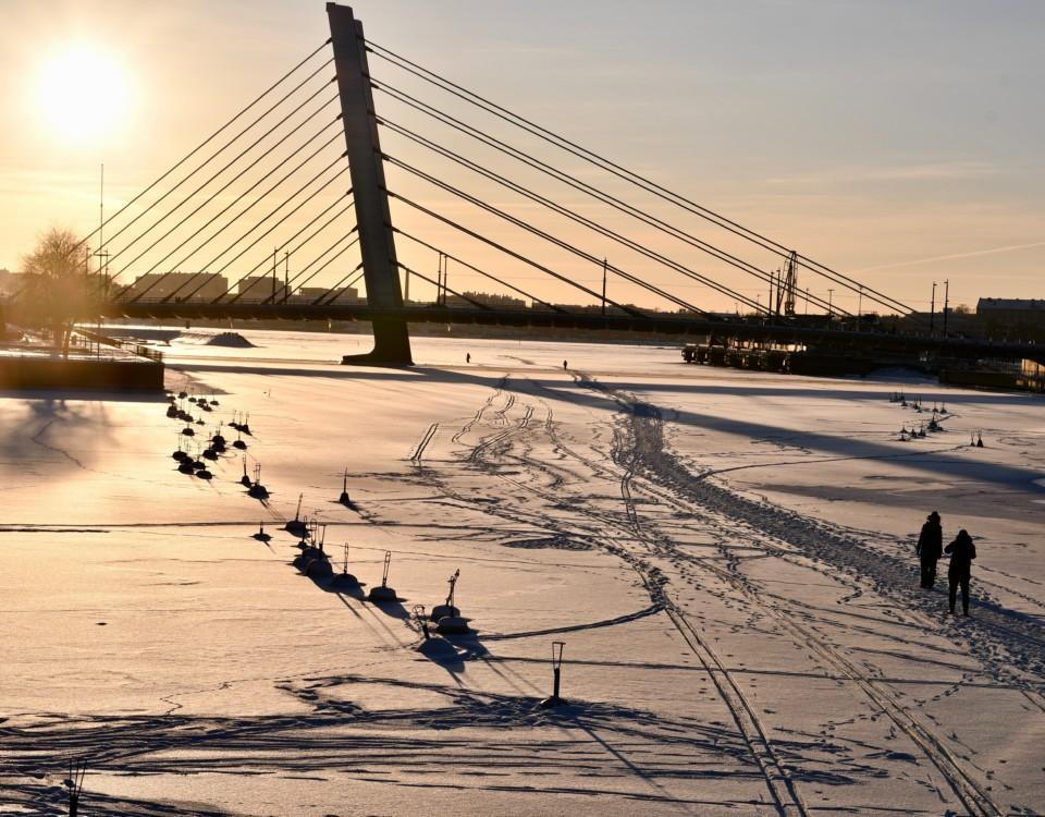 Människor vandrar på isen.