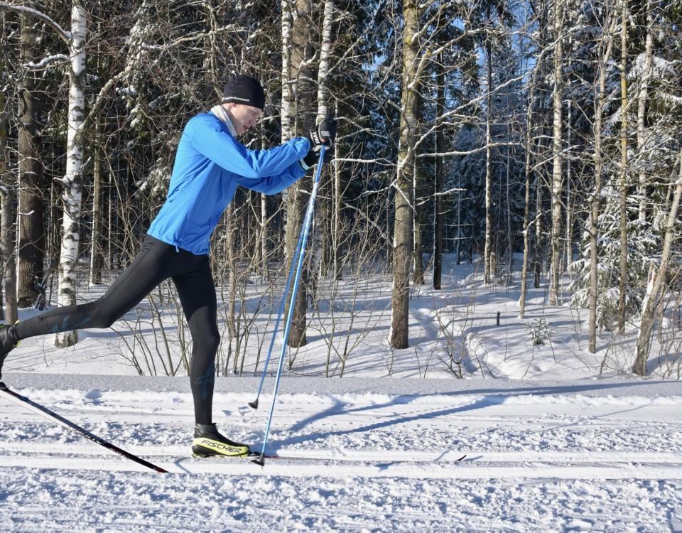 Person som åker skidor.