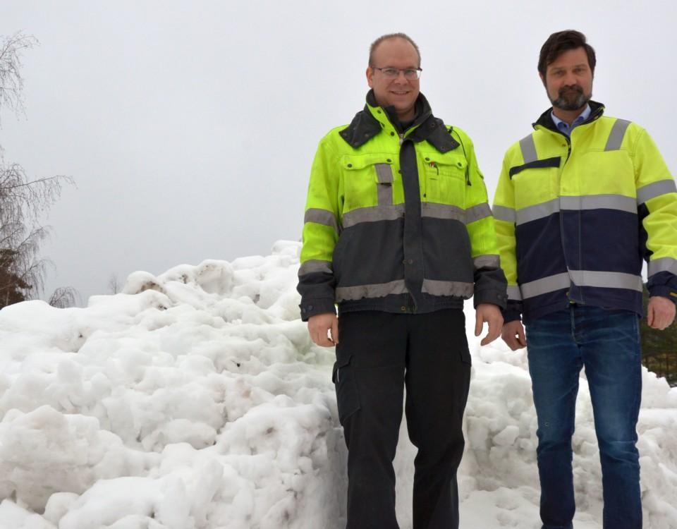 två män vid en snöhög