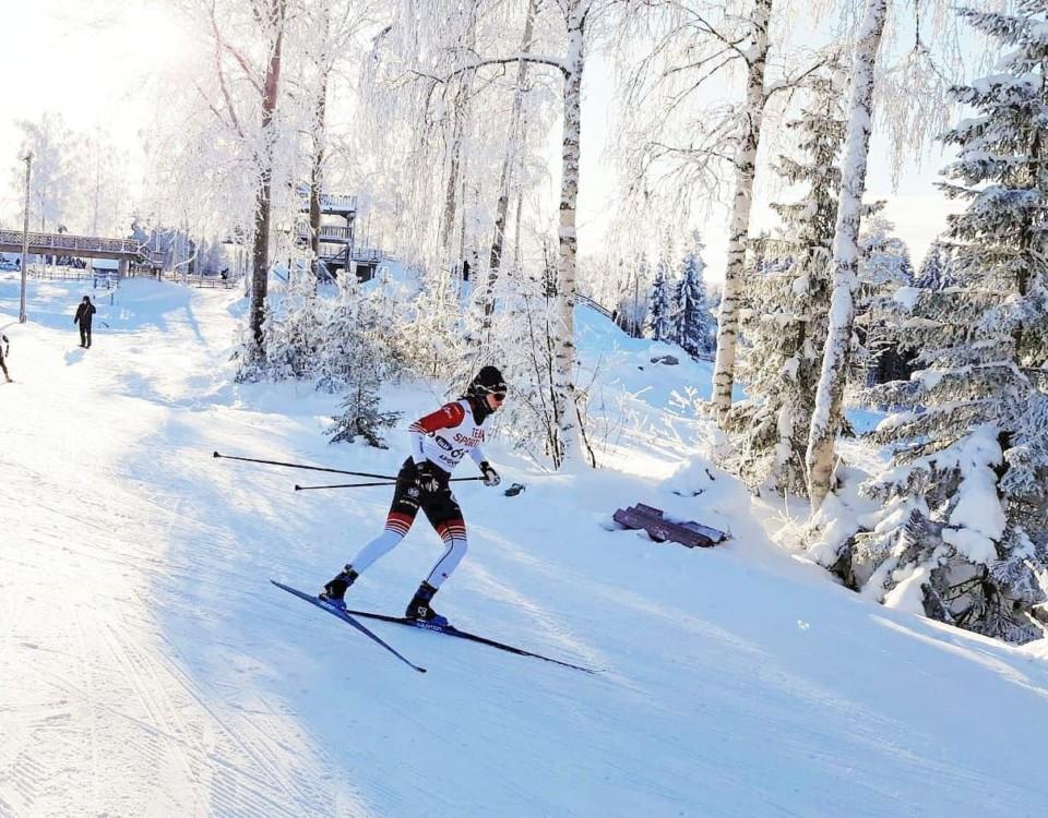 En skidåkare.