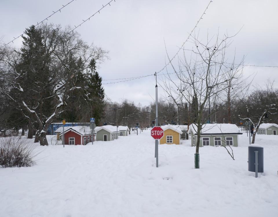 Miniatyrhus och gator i snön i Kuppisparken.