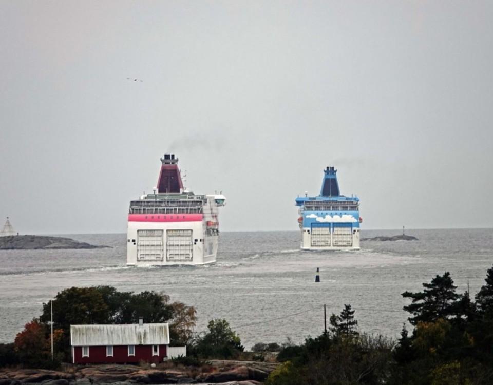 två fartyg på havet