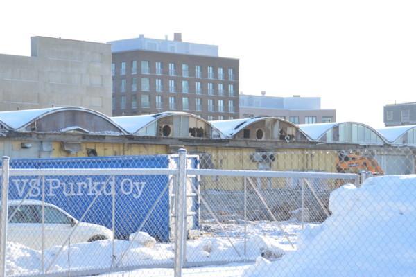 Lagerbyggnad med vågformigt tak.