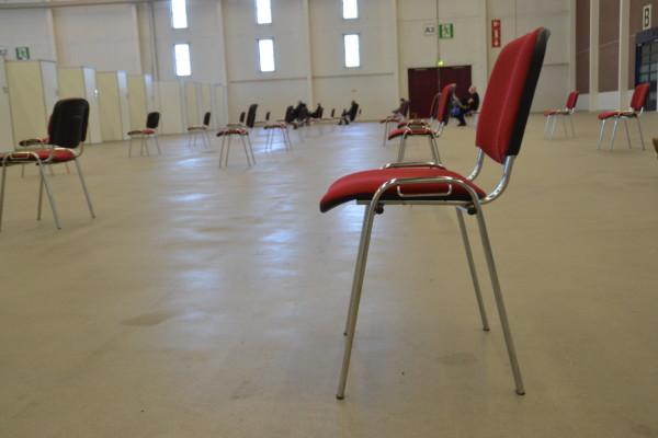 En stol i en stor sal.