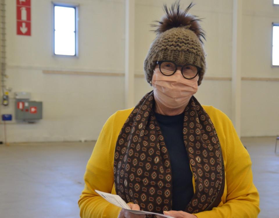 Kvinna med mössa och munskydd.