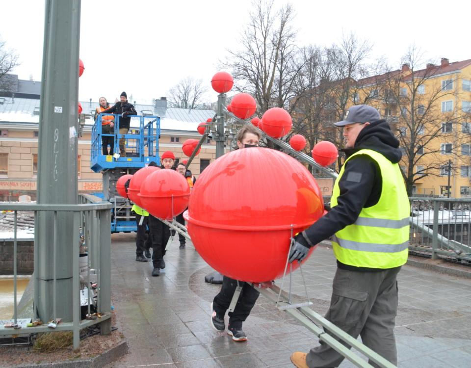 Män som monterar ner stora röda bollar.