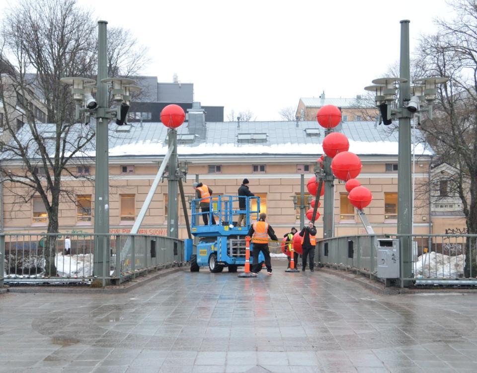 En bro med röda bollar.