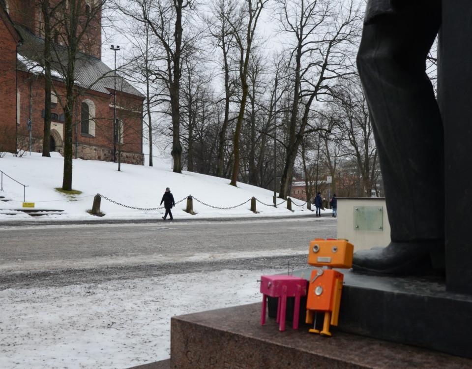Två leksaksfigurer utanför domkyrkan.