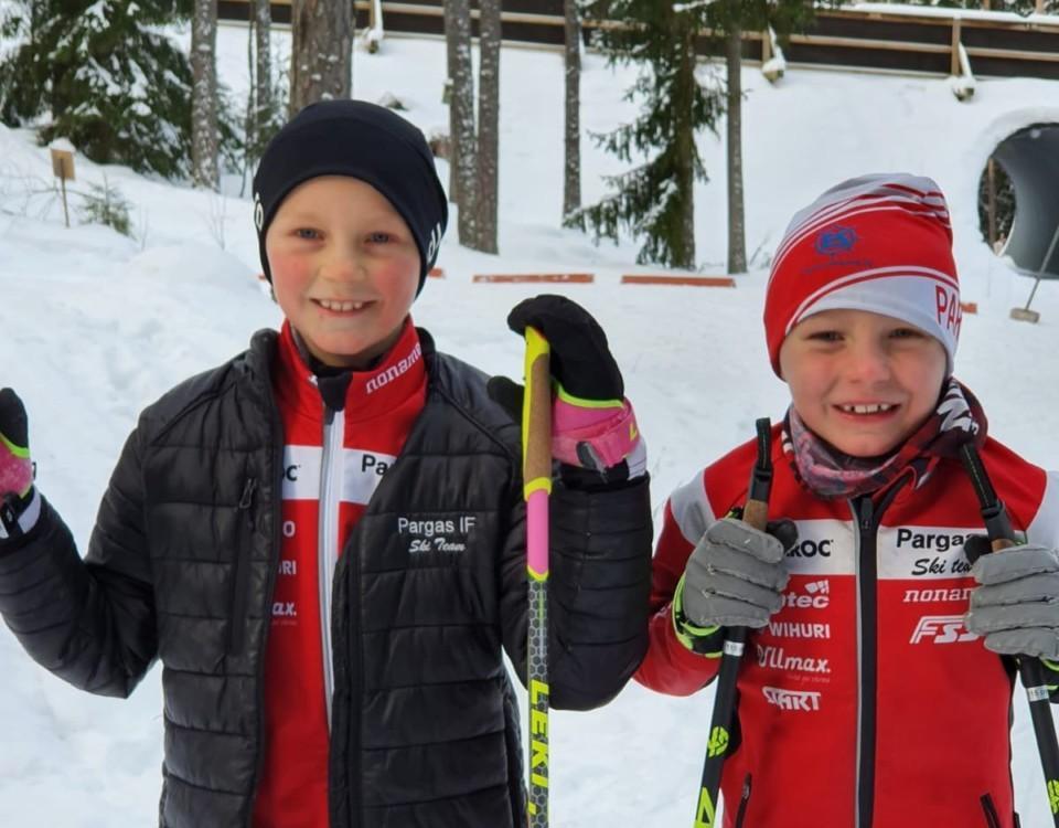 Två barn med skidor.