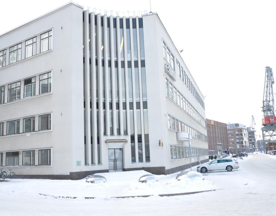 Stor vit kontorsbyggnad