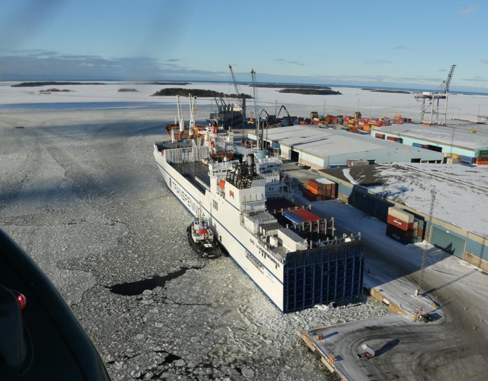 fraktfartyg i hamn.