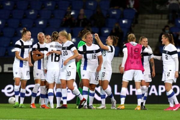 Finlands fotbollsdamer firar seger i -kvalmatch