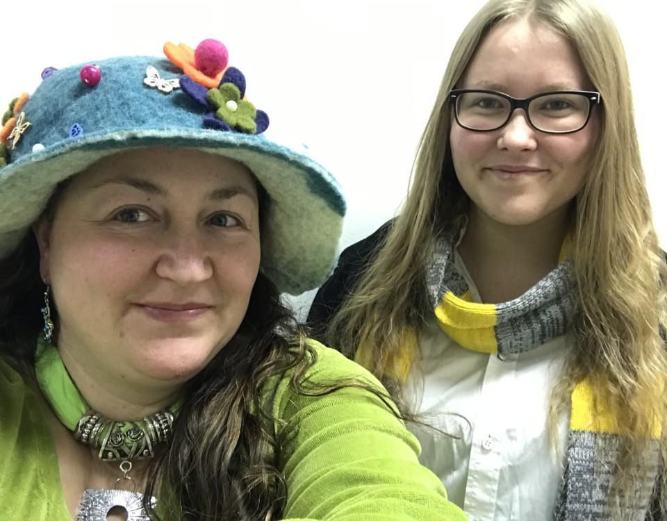 två kvinnor i Harry Potter-mundering